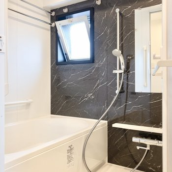 雨の日も安心の浴室乾燥機付き。※写真は8階の同間取り別部屋のものです
