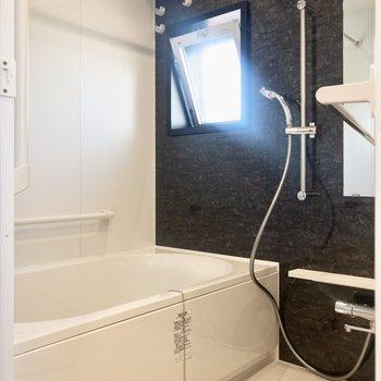雨の日も安心の浴室乾燥機付き。※写真は6階の同間取り別部屋のものです