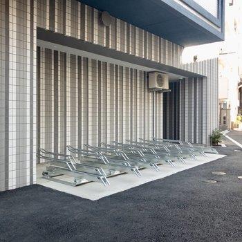 コンパクトな屋根のついた駐輪場。