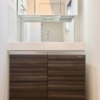 朝の準備もラクラク、洗面台は3面鏡になっています※写真は6階の同間取り別部屋のものです