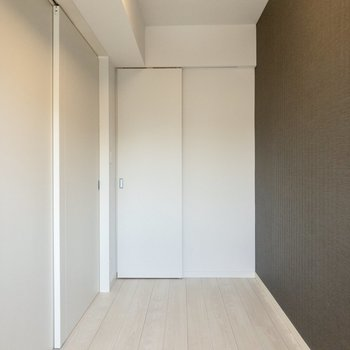 【洋室】ベッドを置いて寝室にどうぞ。※写真は6階の同間取り別部屋のものです