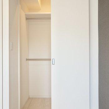 【洋室】奥にはウォークインクローゼットが。※写真は6階の同間取り別部屋のものです