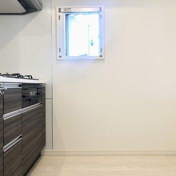 キッチン後方に冷蔵庫を置けます。※写真は6階の同間取り別部屋のものです