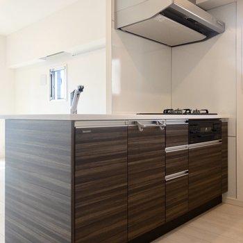 キッチンは嬉しいカウンター型。※写真は6階の同間取り別部屋のものです