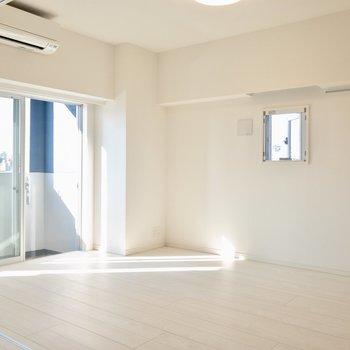 【LDK】小窓下にテレビを置けます。※写真は6階の同間取り別部屋のものです