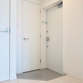 玄関スペースはゆったり。※写真は6階の同間取り別部屋のものです
