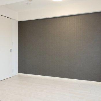 【洋室】ダークブラウンのアクセントクロスでお部屋が引き締まります。