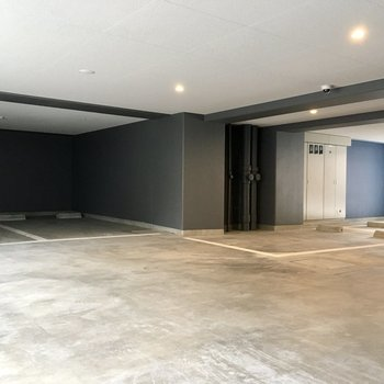 1階には駐車場が 左右に出入り口があります