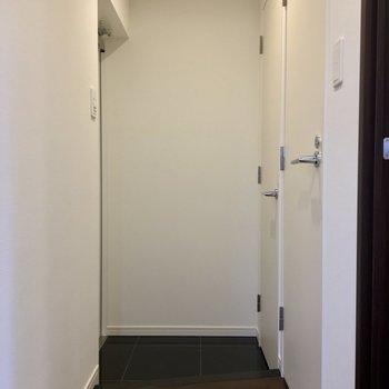 玄関は左奥です