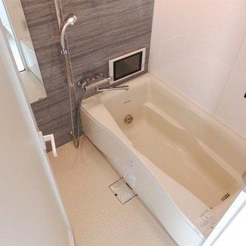 トイレ付きのゆったりお風呂。浴室乾燥機、ジェットバス付き(※写真は8階の反転間取り別部屋のものです)