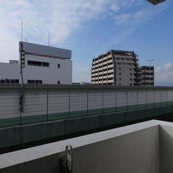 目の前が阪神高速。音はどうしても気になります(※写真は8階の別部屋からのものです)