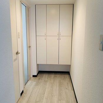 玄関も白基調で清潔感