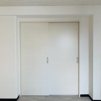 リビング横の洋室との仕切り戸