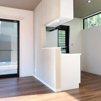 窓から見える緑が素敵…!壁際に冷蔵庫や食器棚を置けますよ。
