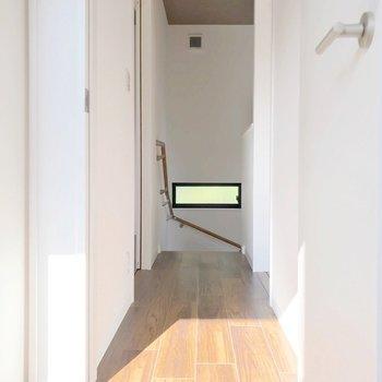 さて、お部屋は全部ご案内したので玄関周りと外へ。
