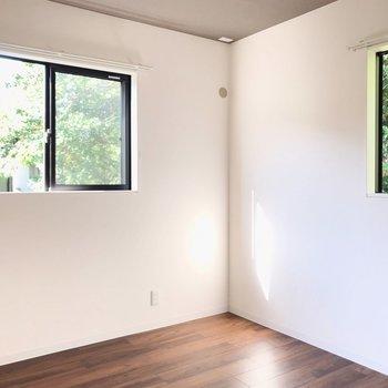 【4.5帖】ここも2面採光。緑に癒やされる正方形のお部屋です。