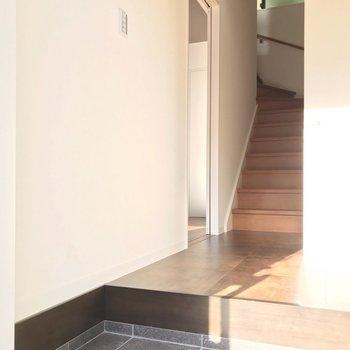 玄関に入ると、階段がお出迎え。左にリビング、右にサニタリーです。