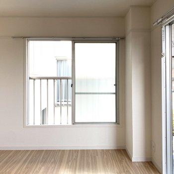 2面採光で明るいお部屋です。窓際にベッドは憧れ!