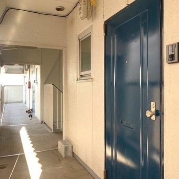 共用部から見た玄関ドアもかわいいっ