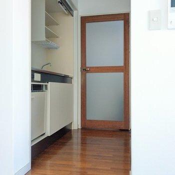 キッチン下にはミニ冷蔵庫。調味料や飲み物入れたり便利なんです!玄関に続く木の扉もカワイイ…♪