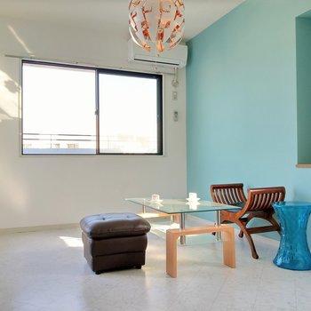 こちらが居室。鮮やかな青と白のコントラストにうっとり…。(※写真の家具、小物は見本です)