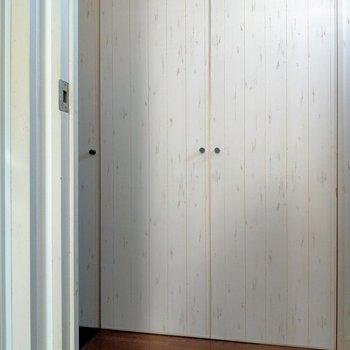 玄関前の廊下に並ぶ扉は…?