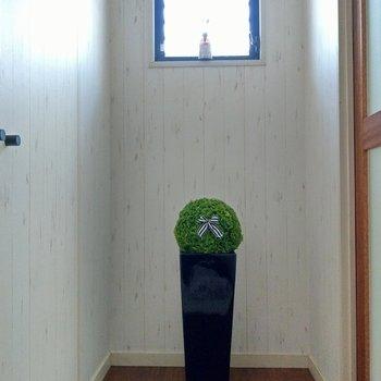 玄関入ってすぐに素敵!小窓から光が射し込みます。(※写真の小物は見本です)