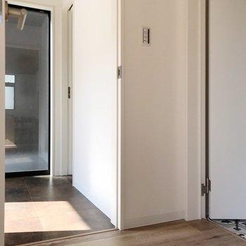 トイレは玄関近くに、脱衣所はリビングから行けますよ。