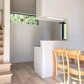 キッチン壁際に冷蔵庫や食器棚を置けますよ。(※写真の家具は見本です)