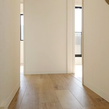 左側に4.5帖の洋室が2つ、右側に6帖の洋室があります。