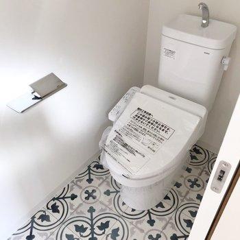 トイレは細長い空間に。小さな本棚も置きたくなります。