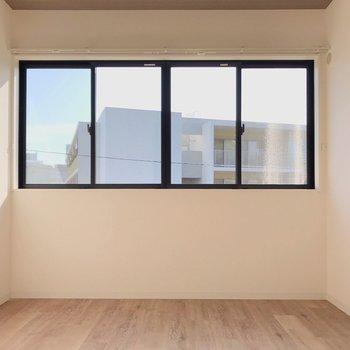 【奥4.5帖】つながっていたのは、このお部屋でした。横長に並んだ大きな窓が素敵!