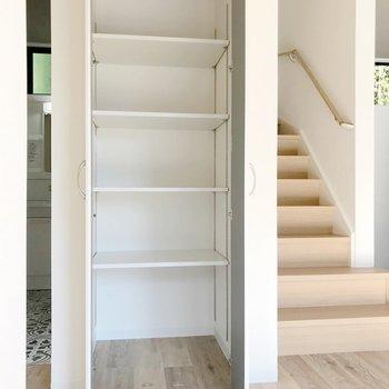 階段の隣には可動棚も。パントリーにしても本棚にしても。