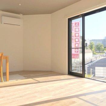 キッチンの小窓も合わせると3面採光。どうりで明るいはずだ…!(※写真の家具は見本です)