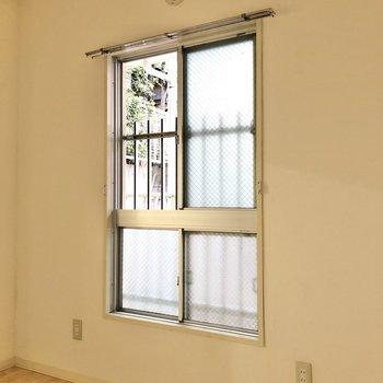 【洋室4.5帖】窓からは共用部が見えます。