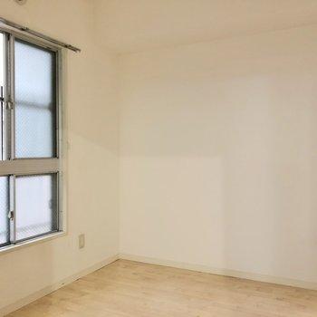 【洋室4.5帖】エアコンが付けられないので、書斎や趣味部屋、収納スペースとしてもいいかもしれません。
