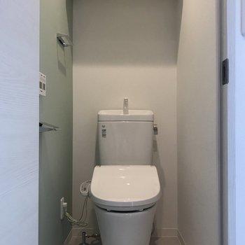 右の扉はトイレでした。緑が可愛い。※写真は2階の同間取り別部屋のものです