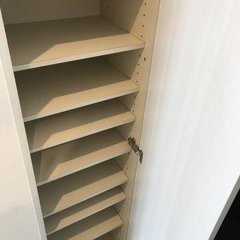 玄関横には容量たっぷりシューズボックス。 ※写真は2階の同間取り別部屋のものです