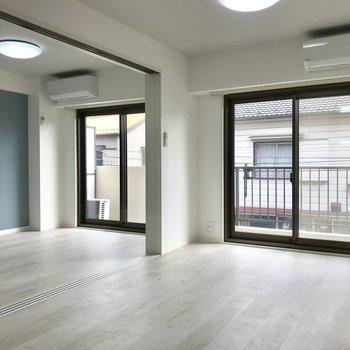 開・放・感!青い壁が爽やか〜※写真は2階の同間取り別部屋のものです