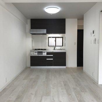 窓側から。冷蔵庫と食器棚は左の壁に沿わすのがいいかなぁ ※写真は2階の同間取り別部屋のものです
