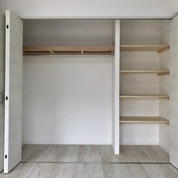 棚がついてるから収納がラクラクです。 ※写真は2階の同間取り別部屋のものです