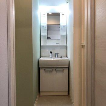 正面の扉を開けると洗面台が。こちらも緑!※写真は2階の同間取り別部屋のものです