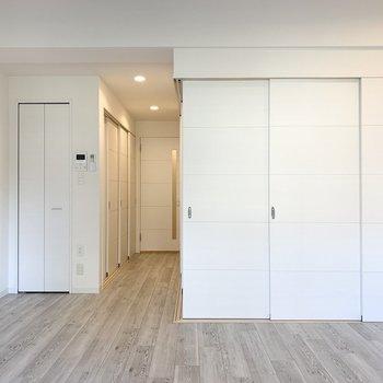 LDKの収納は左側の扉。