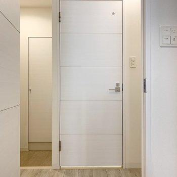 目の前のドアがユーティリティ、左側が玄関、右側にトイレがあります。ここの照明が素敵。