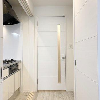 キッチン横の扉から廊下へ出て、水廻りも見ていきましょう。