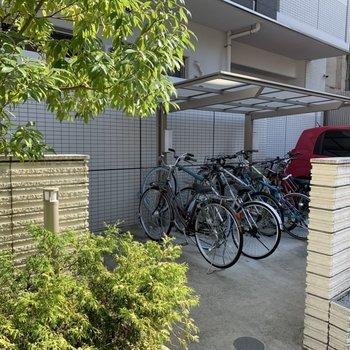 ベランダ側に屋根付き駐輪場。