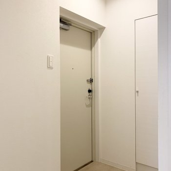 廊下を折れたところに玄関。