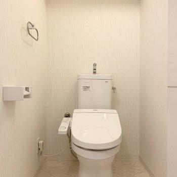 おトイレも少しゆったりサイズ。白の空間で清潔感たっぷりです。
