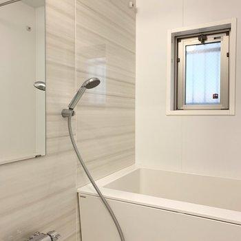 浴室は追焚きと乾燥機付き。開閉可能な窓付きで湿気対策もバッチリ。