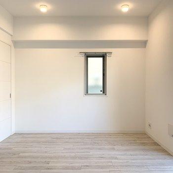 角部屋ですので南側にも窓があります。LDK南側のダウンライトも良い雰囲気。